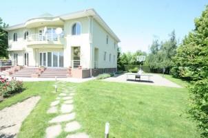 Villa for sale 6 rooms Otopeni area 635 sqm